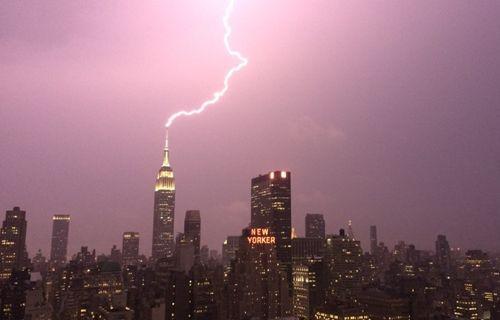 Empire State Binası'na yıldırım düşme anı kameralar tarafından kaydedildi