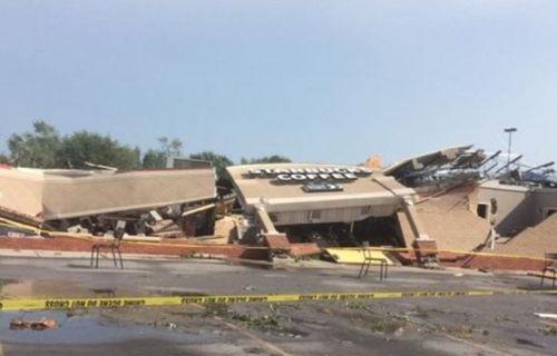Fırtına, koca binayı yerle bir etti! (Video)