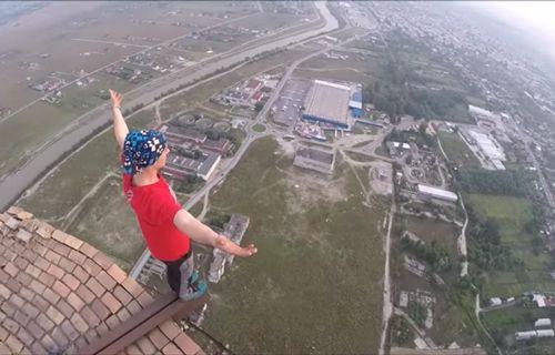 250 metre yükseklikte bisiklet sürdü (Video)