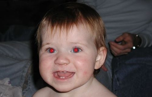 Neden gözlerimiz fotoğraflarda kırmızı görünür ve bunu nasıl engelleyebiliriz?