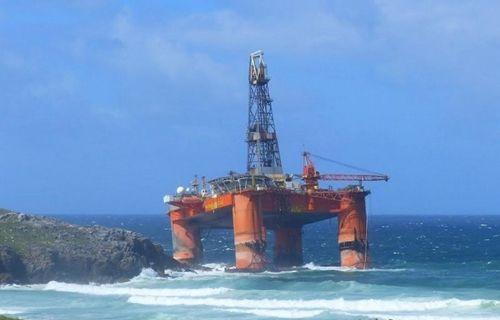 17.000 tonluk petrol sondaj kulesi, fırtınadan ötürü plaja kadar sürüklendi!