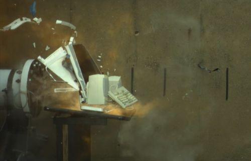 Apple'ın iMac'ini yanma tüpü ile ağır çekimde patlattılar!